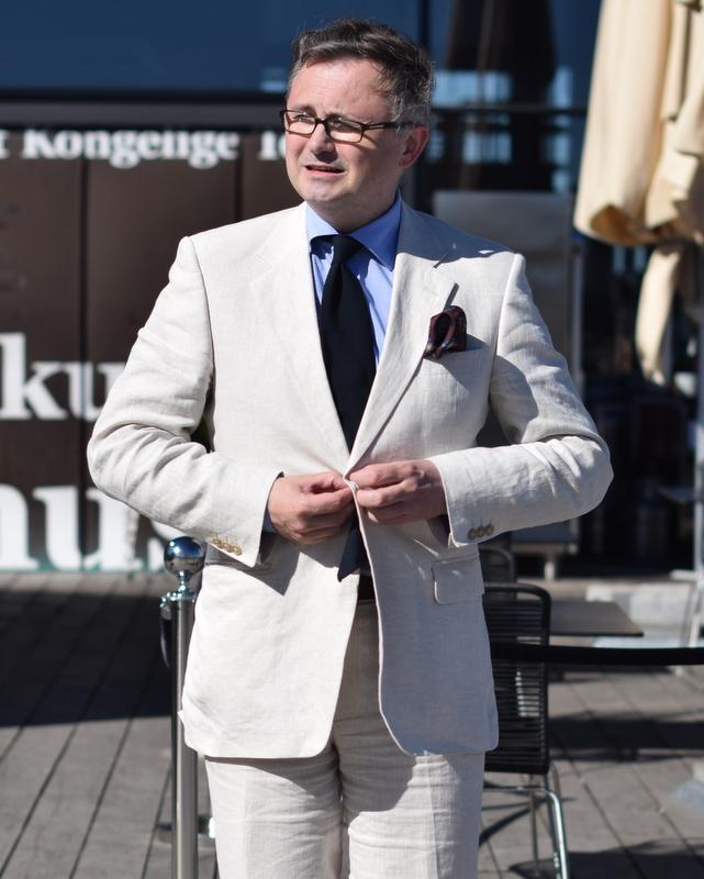 Offwhite-lærredshabit-sort-slips-sartorielt-topmøde-Stiljournalen