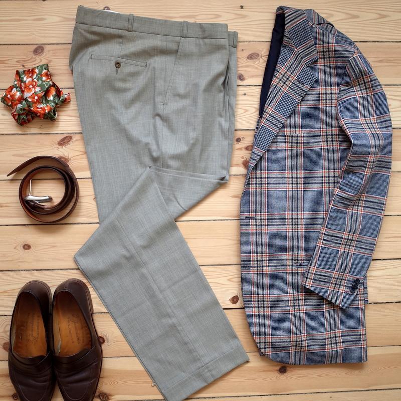 Lysegrå_bukser_til_mænd_med_ternet_jakke