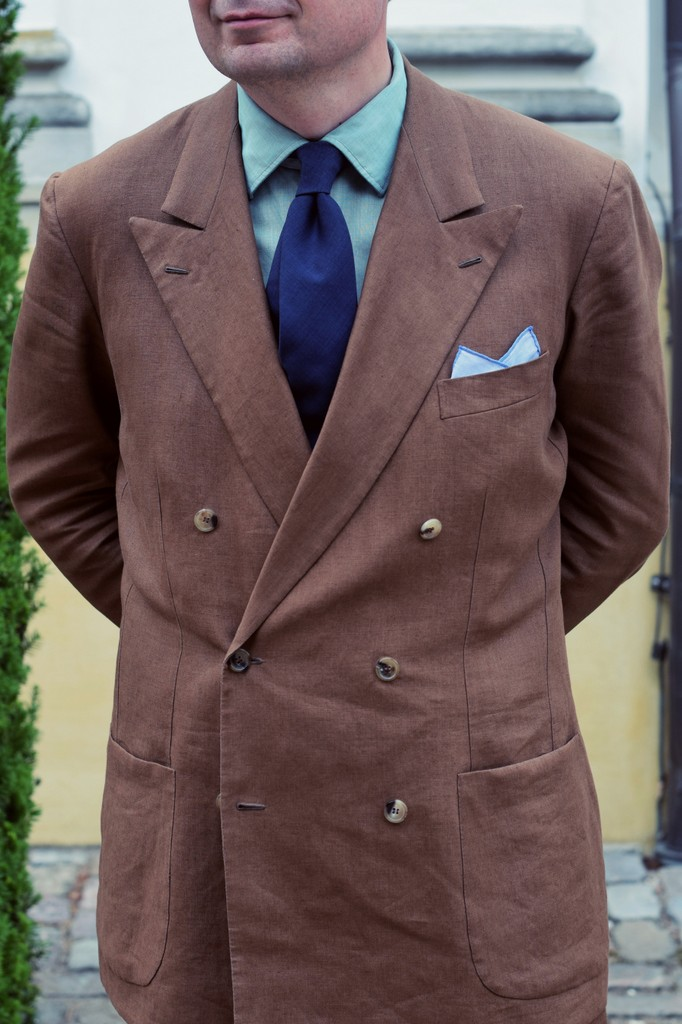 Brunt_jakkesæt_i_hør_skræddersyet_af_Torsten_Grunwald