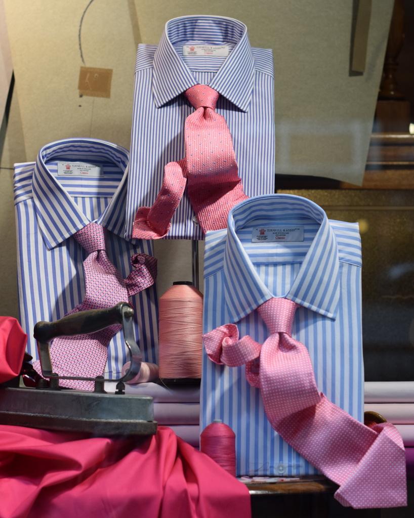 sammensaette lyseblaa skjorte og pink slips