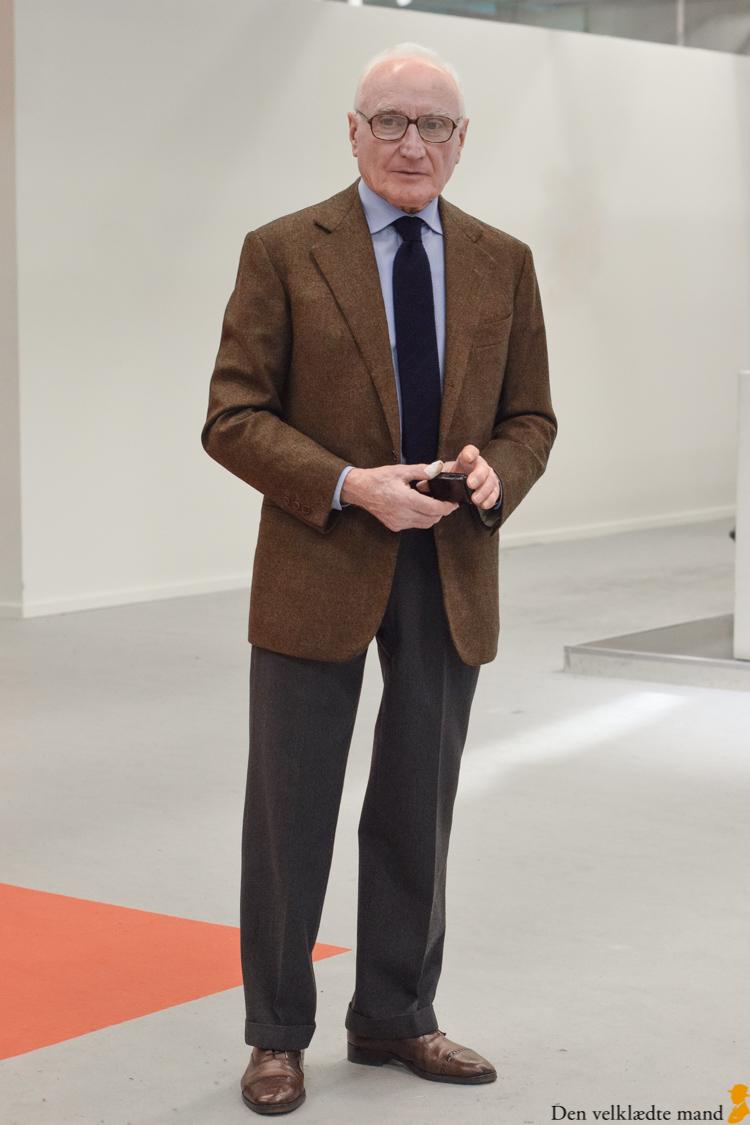 Et foto af en mand i tweedjakke og bukser, som jeg kalder sportsjakkedress numero uno.