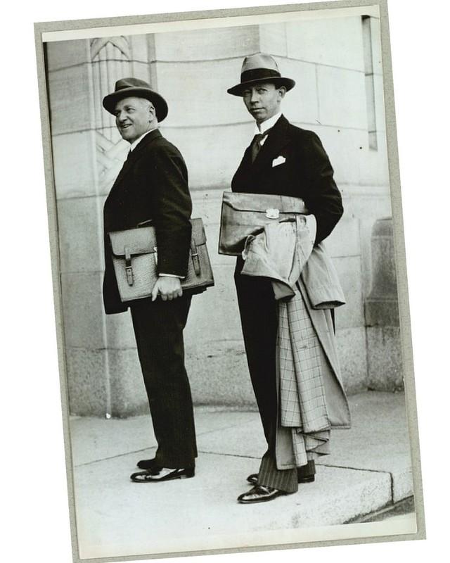 Kristian-Steglich-Petersen-og-Gustav-Rasmussen-med-dokumentmapper-Stiljournalen