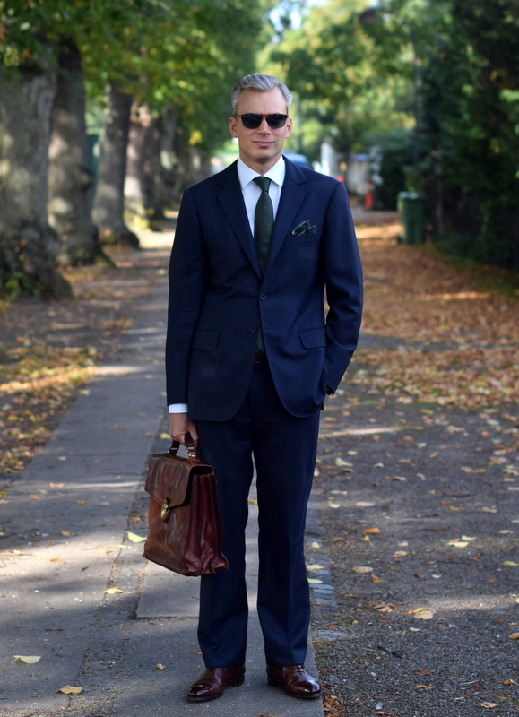 9f0b8409d94 Skræddersyet blåt jakkesæt og brune sko fra Edward Green - Den ...