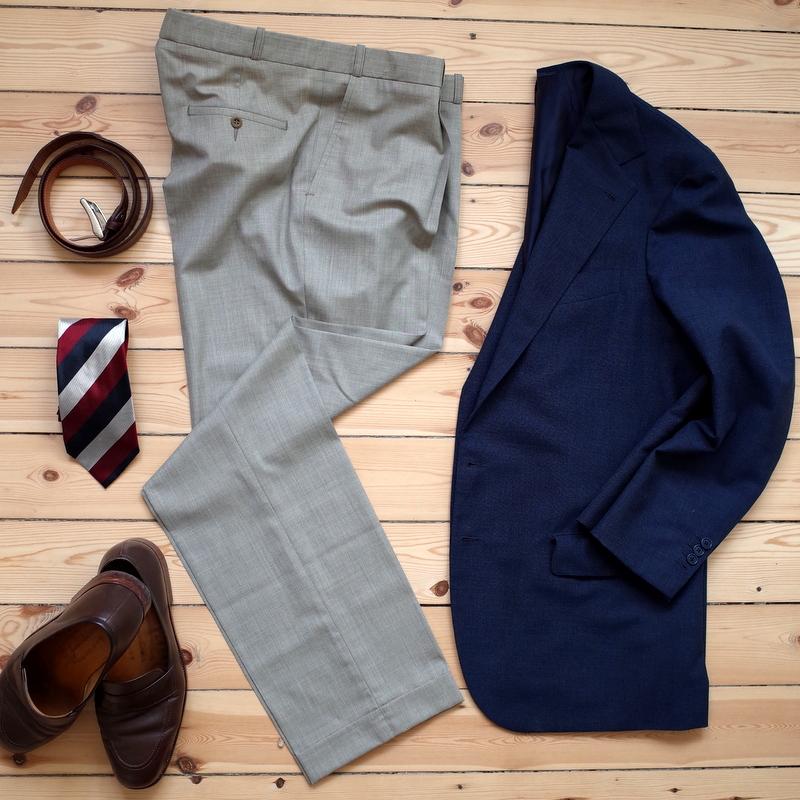 Lysegrå_bukser_til_mænd_med_blå_jakke