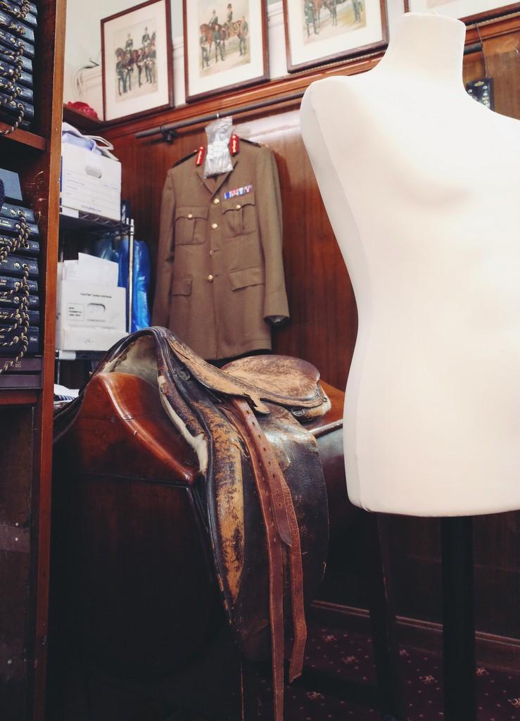 Savile Row og hesteattrap til prøve af skræddersyet jakkesæt