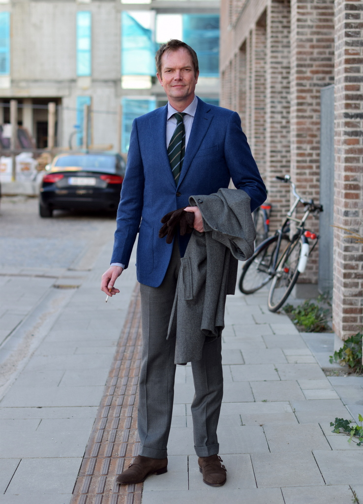 blå jakke og grå bukser til maend med stil mads_af_torsten_grunwald