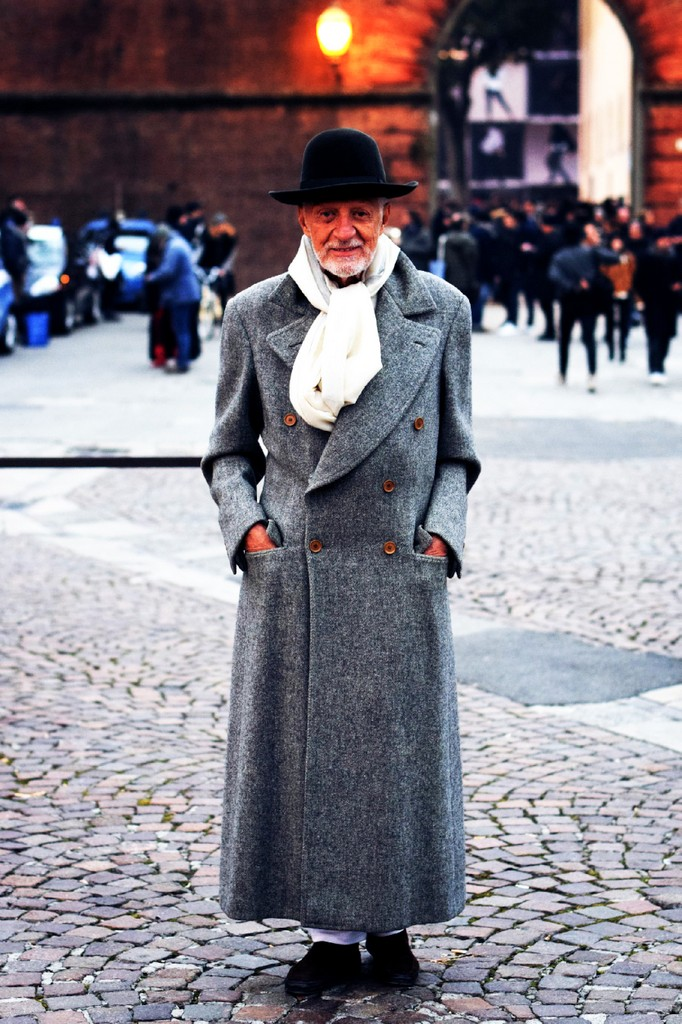 04626300bcb7 Ældre lærd mand i vældig dobbeltradet frakke i klassisk lang længde.