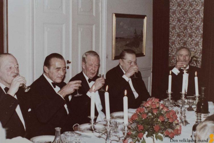 mænd i sort smoking skåler
