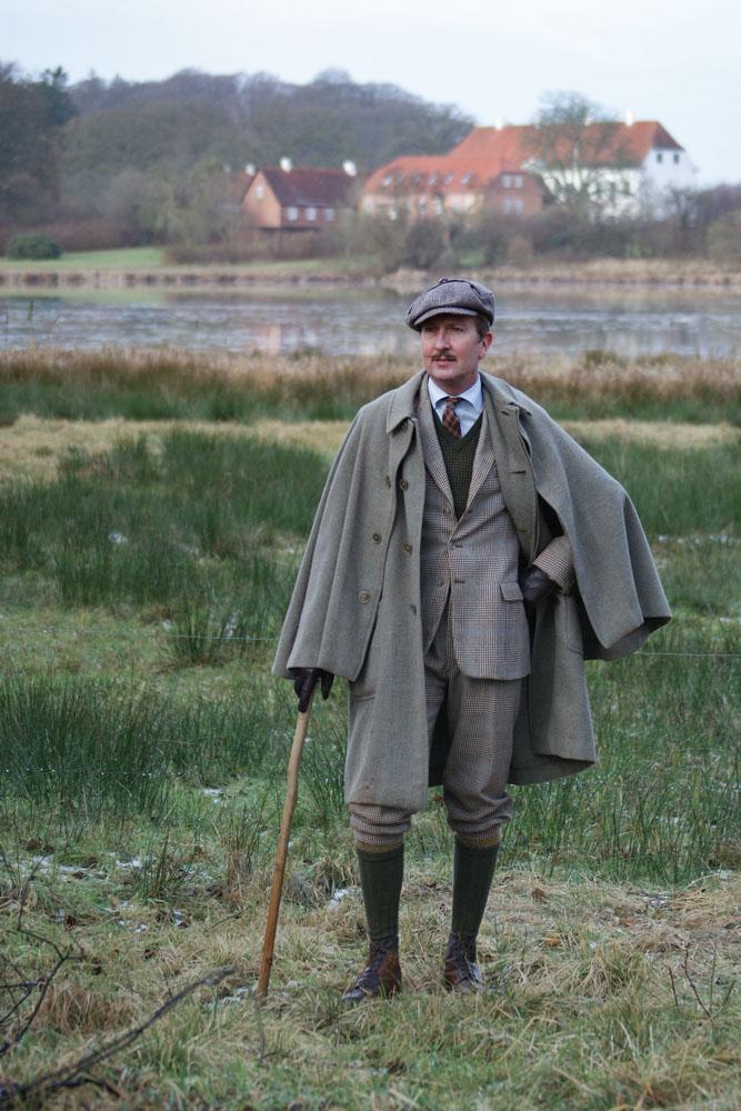 0d34489f96f Lasse Hedensted i fuld tweed med fødderne plantet i den jyske muld.