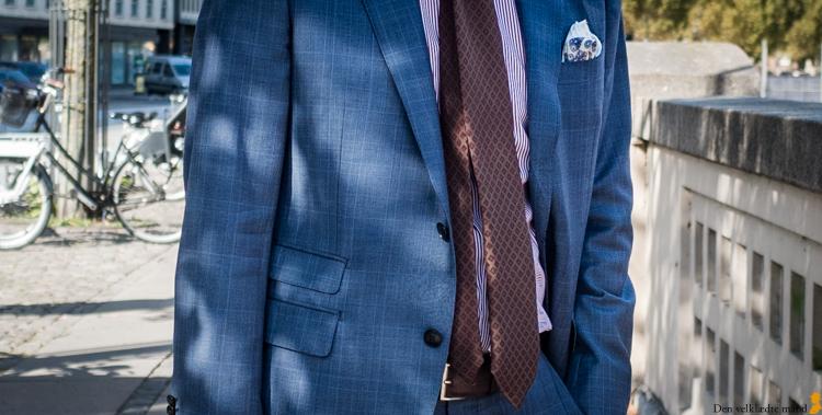 brune sko til blåt jakkesæt