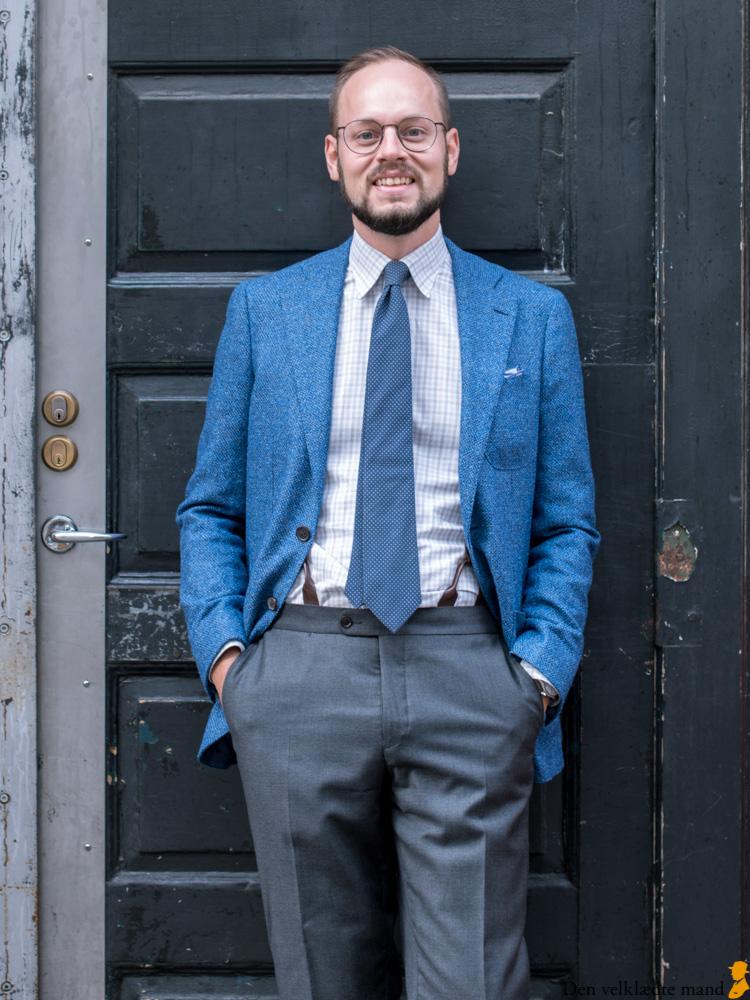 Blå jakke og grå bukser på Emil Holck.