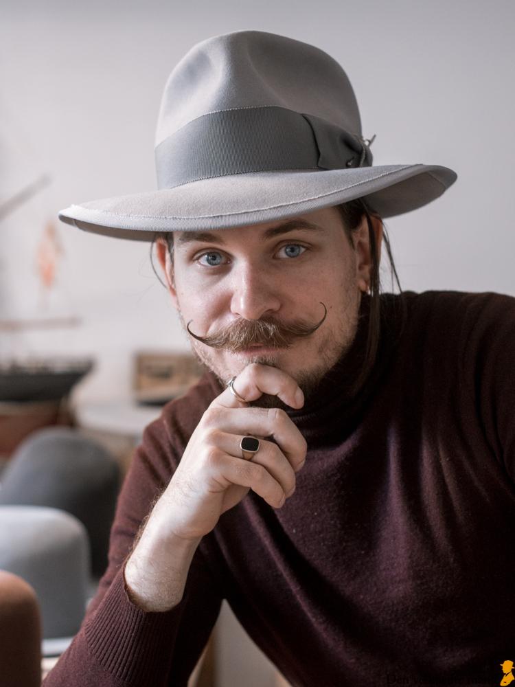 Hattemager Hornskov håndlaver hatte i København