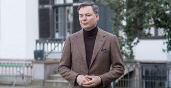 Den elegante pressefold i mandens benklæder Den velklædte mand