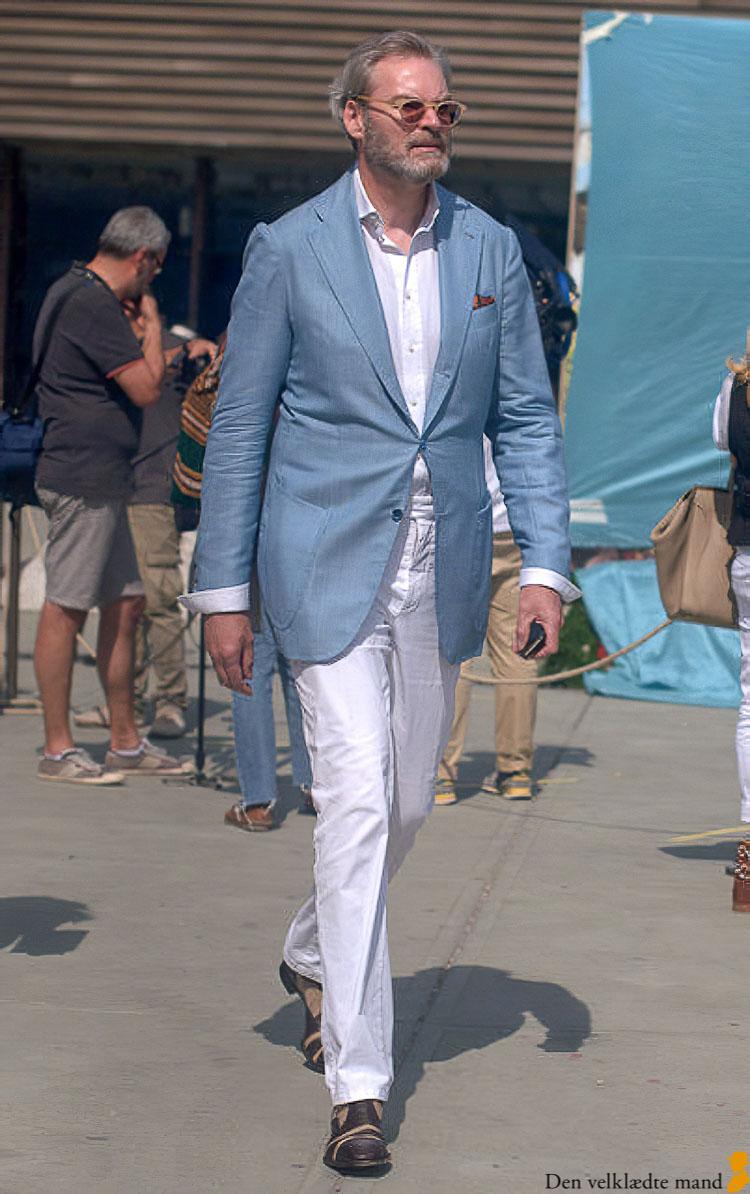 blå jakke hvide bukser