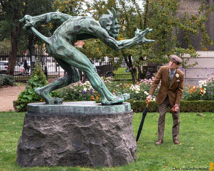 iversen i skræddersyet jakke Trold der vejrer kristenkød skulptur