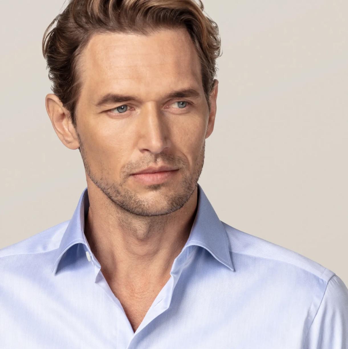 blå og hvide skjorter