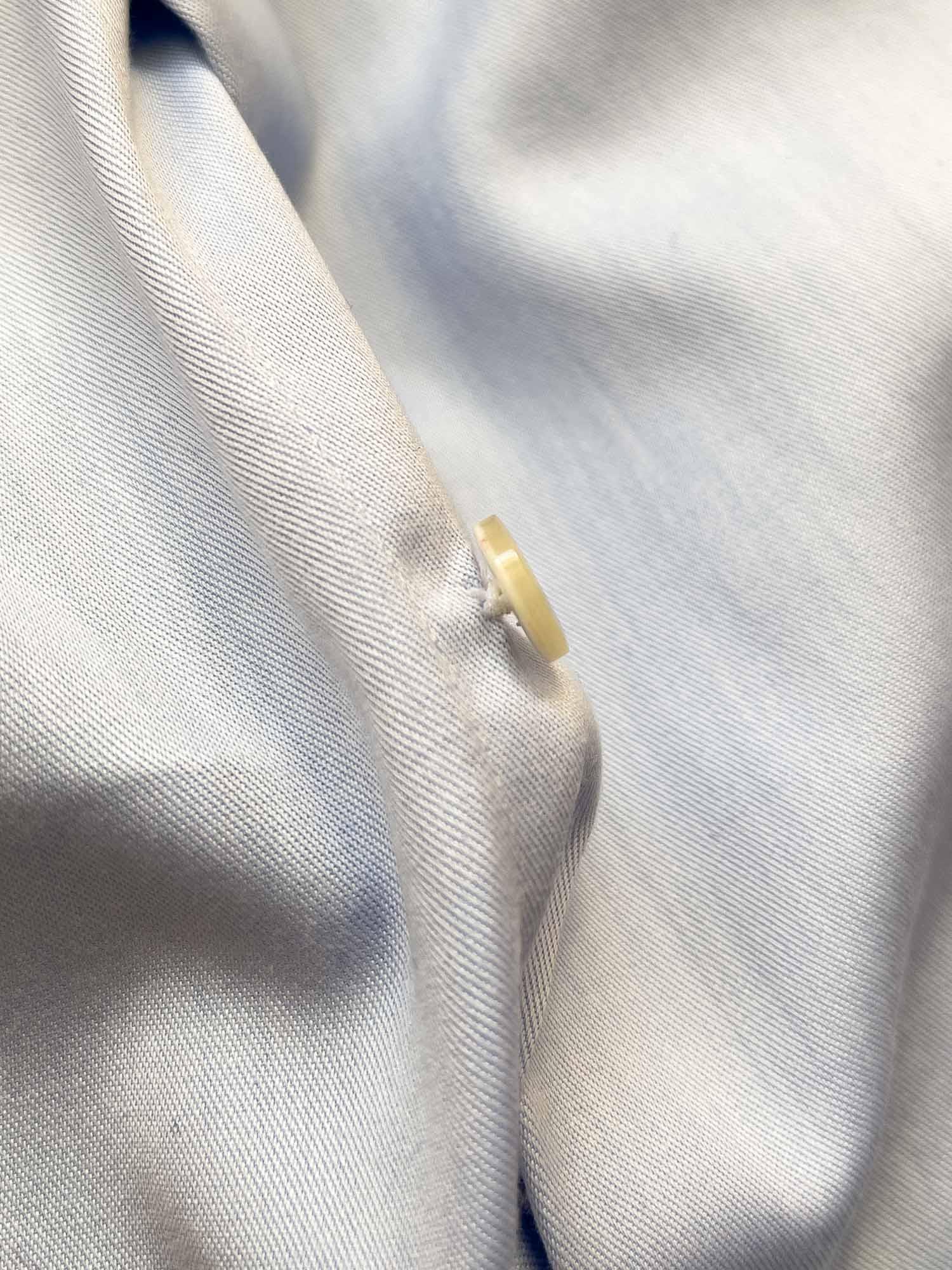 knap på barons skjorte
